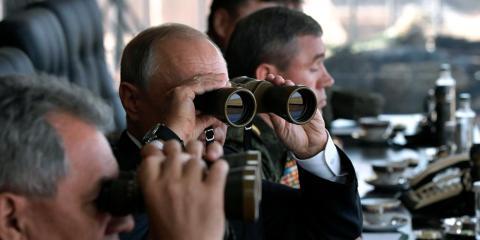 El presidente ruso Vladimir Putin contempla unas maniobras del ejército ruso.