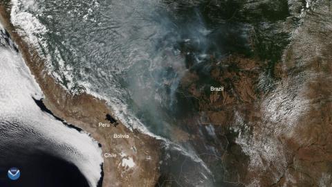 Una imagen de satélite de la Administración Nacional Oceánica y Atmosférica (NOAA) muestra partes de la selva tropical del Amazonas occidental en llamas, el 12 de agosto de 2019