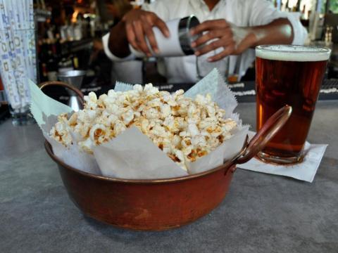 Palomitas en una mesa de bar