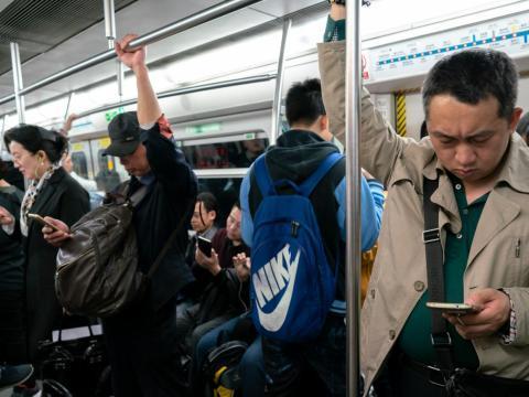 Personas dentro de un vagón de tren