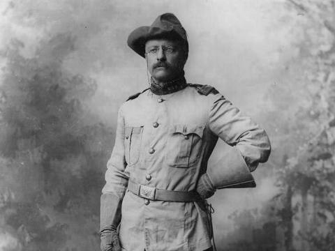 Theodore Roosevelt con uniforme militar.