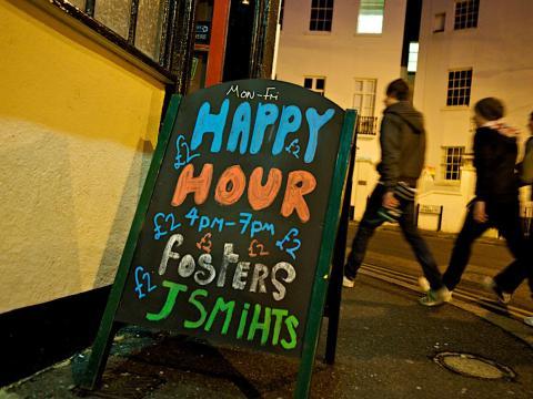 Cartel en la entrada de un bar