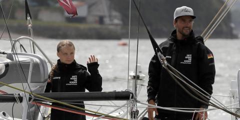 Thunberg y Herrmann saludan desde el barco Malizia II poco antes de iniciar su viaje.