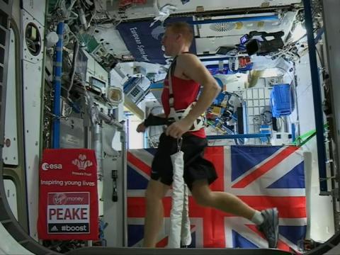 Tim Peake corriendo el maratón de Londres en la Estación Espacial Internacional (ISS) en 2016.
