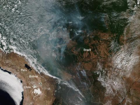 Una imagen de satélite de la Administración Nacional Oceánica y Atmosférica (NOAA) muestra partes de la selva amazónica occidental en llamas, 12 de agosto de 2019.