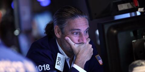 Un trader opera en la Bolsa de Valores de Nueva York (NYSE) el 24 de agosto de 2015