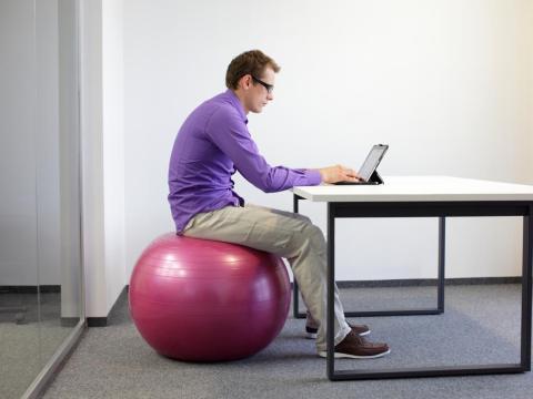 Hombre sentado usando una tablet