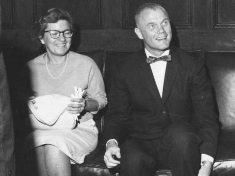 Vera Rubin junto al astronauta John Glenn.