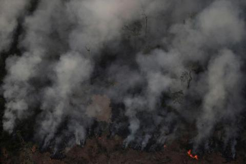 El humo se cierne sobre un incendio en la selva amazónica cerca de Porto Velho el 21 de agosto de 2019.