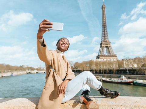 Mujer sacándose un selfie en París