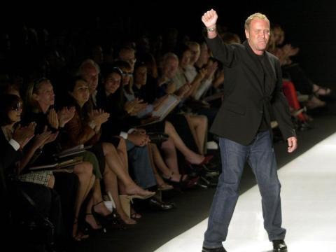 Kors agradece a su público durante la semana de la moda.