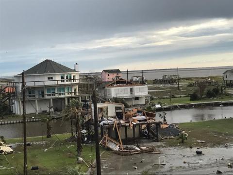 Una casa de Deltec (a la izquierda) después del huracán Harvey.