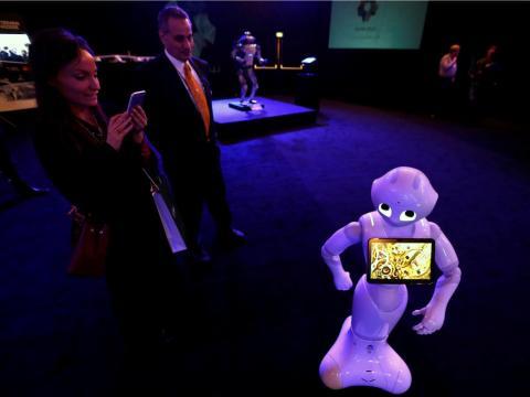 Un visitante toma fotos de un robot durante una exposición en la ciudad de Neom, una nueva ciudad industrial y de negocios, en Riad, Arabia Saudita, el 25 de octubre de 2017.