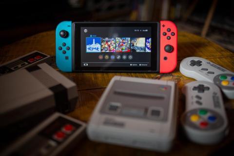 Una Nintendo Switch rodeada de un NES (Nintendo Entertainment System) Classic Mini (izquierda) y un SNES (Super Nintendo Entertainment System) Classic Mini (derecha) consolas de videojuegos.