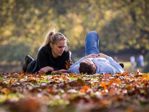 Dos personas tumbadas en un parque