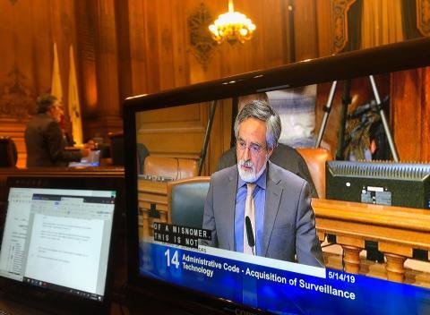 Aaron Peskin, supervisor de la ciudad de San Francisco, habla antes de una votación.