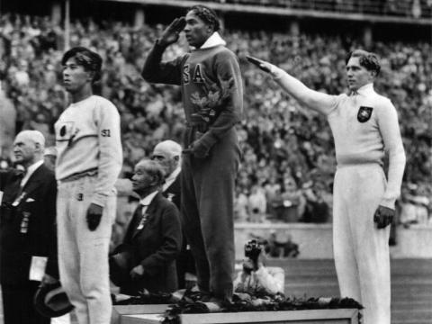 Jesse Owens ganó la medalla de oro en salto de longitud en los Juegos Olímpicos de verano de 1936 en Berlín.