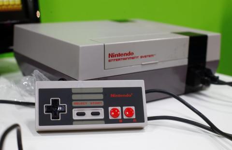 Después de años de vender sus juegos hechos para dispositivos diseñados por otras compañías, Nintendo lanzó su propia consola de juegos: la Nintendo Entertainment System, en 1985.