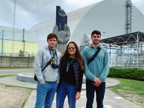 Aguilera frente al reactor dañado.