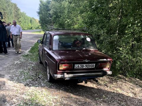 Un coche a un lado de la carretera dentro de la zona de exclusión.