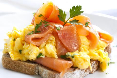... O, en algunas ocasiones, disfruta de huevos revueltos con salmón ahumado y trufa.