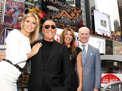Kors con sus compañeros de reparto, Heidi Klum, Nina García y Tim Gunn.