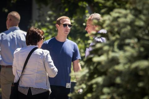 Mark Zuckerberg, director ejecutivo de Facebook, habla con el líder de minorías del Senado Chuck Schumer (D-NY) durante la Conferencia anual de Allen & Company Sun Valley, el 12 de julio de 2018 en Sun Valley, Idaho.