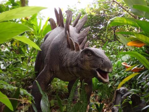 Un robot Stegosaurus en Taman Legenda, TMII, Yakarta Oriental, Indonesia.