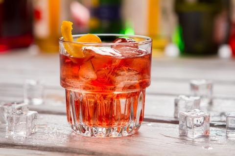Antes del almuerzo, disfruta de una ginebra y un Dubonnet (un aperitivo dulce a base de vino) con una rodaja de limón y mucho hielo.