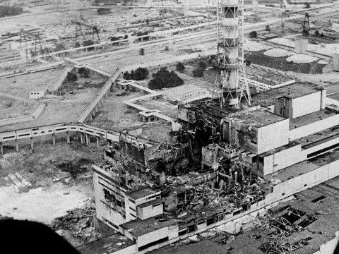 Una vista aérea de la planta de energía nuclear de Chernobyl, el sitio del peor accidente nuclear del mundo, se ve en abril de 1986, tomada pocos días después de la explosión.