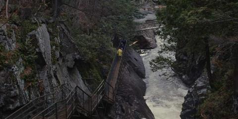 """El retiro de Argestes incluye una caminata de """"cultura"""" a través de un entorno natural sereno que incluye una cascada."""