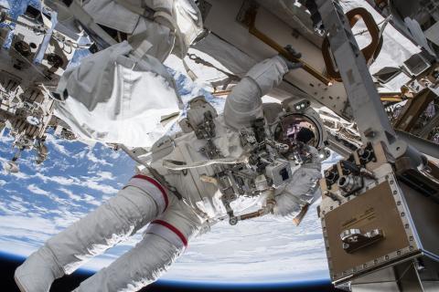 Astronauta fuera de la Estación Espacial Internacional