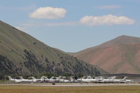 Los jets privados se estacionan en el Aeropuerto Friedman Memorial durante la reunión anual de la Conferencia de prensa Sun Valley de Allen and Co. en Sun Valley, Idaho, Estados Unidos, 9 de julio de 2019.
