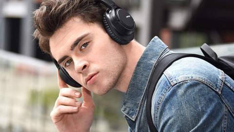 Chico joven con auriculares inalámbricos Mpow H7