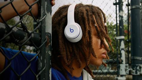 Chico con auriculares Beats Solo 3 Wireless color blanco
