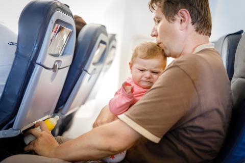 Bebé en un avión
