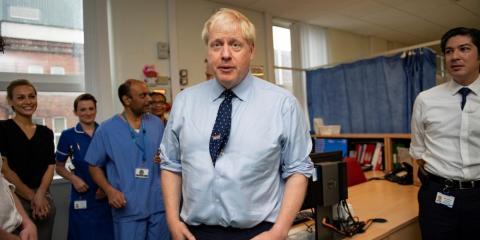 El primer ministro británico Boris Johnson visita el Hospital General de Mánchester Norte antes del inicio de la Conferencia Conservadora en Mánchester ,