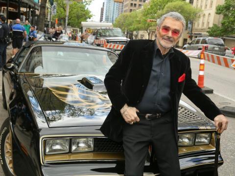 """Burt Reynolds es conocido por protagonizar programas de televisión como """"Gunsmoke"""" de 1955 y películas como """"Dos pícaros con suerte"""" de 1977."""