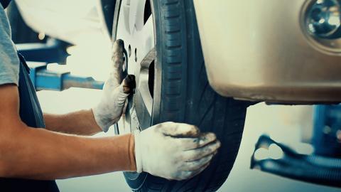 Cambio de rueda de un coche en un taller