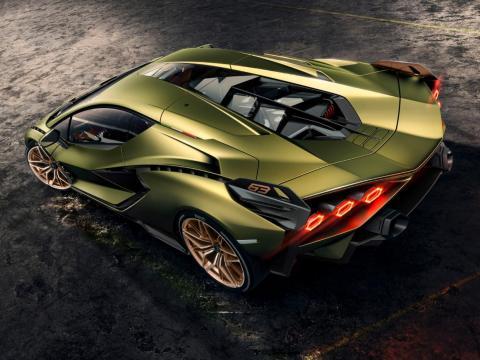 El coche puede alcanzar las 62 millas por hora (100 kilómetros por hora) en menos de 2,8 segundos y puede alcanzar hasta 217 millas por hora (350km/h)