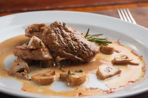 Para cenar, filetes de carne de vacuno o venado, faisán o salmón que provienen de granjas en Sandringham y Balmoral.