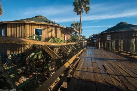 Un centro turístico de casas de Deltec en Black's Island, Florida, después del huracán Michael.
