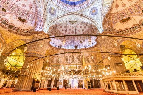 Se la conoce como la Mezquita Azul por el decorado interior