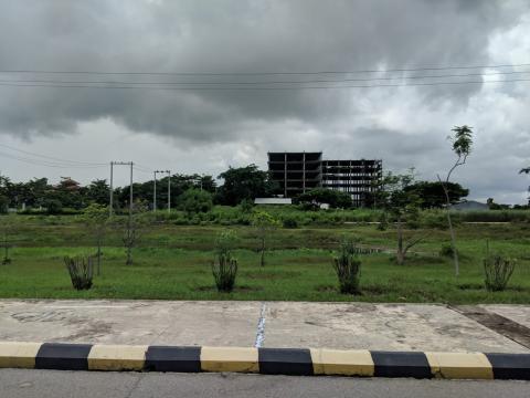 Todavía hay edificios en construcción.