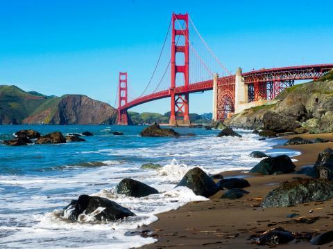 En la costa oeste de Estados Unidos se encuentra el puente Golden Gate, que se inauguró en 1937 y que se extiende a lo largo de 2,7 kilómetros.