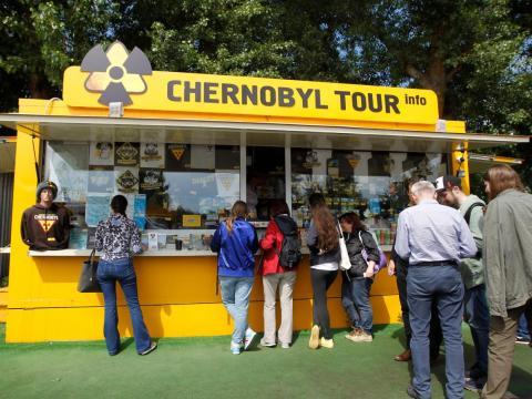 Turistas en una tienda de recuerdos en Pripyat en junio de 2019.