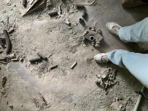 Máscaras de gas yacen en el piso de un edificio abandonado en Pripyat.