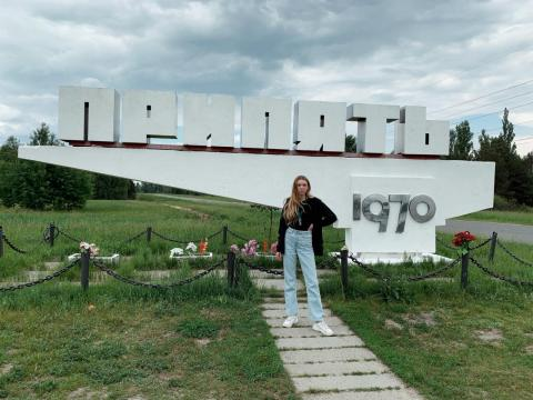 Czub frente a un cartel de Pripyat.