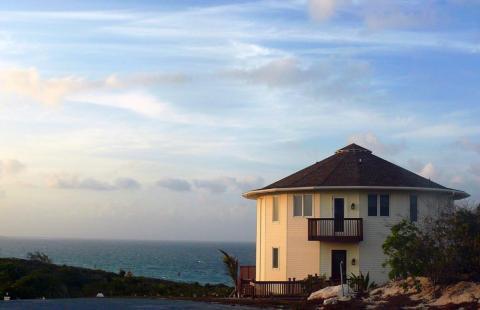 Una casa Deltec frente al mar.