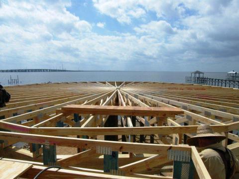 Una casa de Deltec en construcción en Slidell, Louisiana, después del huracán Katrina.